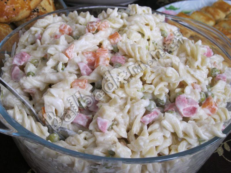 Sosisli Makarna Salatası